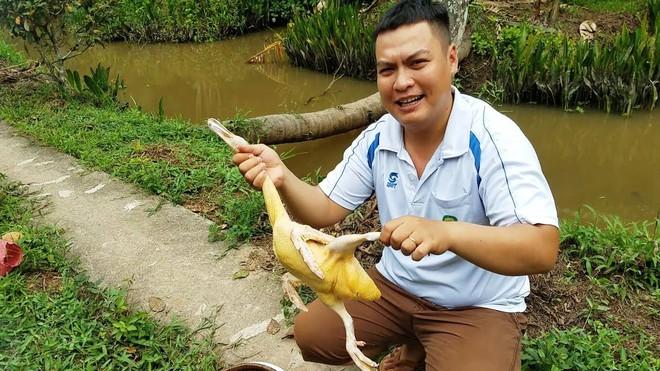 5 kênh du lịch - ẩm thực hot nhất miền Tây: Khoai Lang Thang sắp đạt nút vàng, một YouTuber trẻ tuổi khác đã làm được điều đó từ lâu - ảnh 53