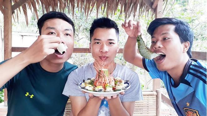 5 kênh du lịch - ẩm thực hot nhất miền Tây: Khoai Lang Thang sắp đạt nút vàng, một YouTuber trẻ tuổi khác đã làm được điều đó từ lâu - ảnh 59