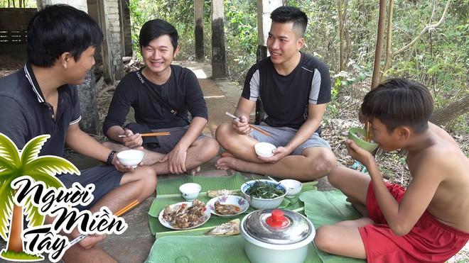 5 kênh du lịch - ẩm thực hot nhất miền Tây: Khoai Lang Thang sắp đạt nút vàng, một YouTuber trẻ tuổi khác đã làm được điều đó từ lâu - ảnh 56