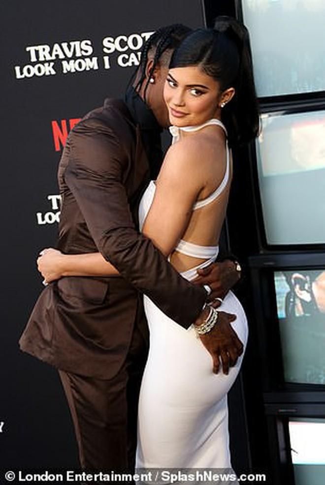 Kylie Jenner lần đầu tiên đưa con gái đi dự thảm đỏ, biểu cảm của bé Stormie đặc biệt gây chú ý - ảnh 7