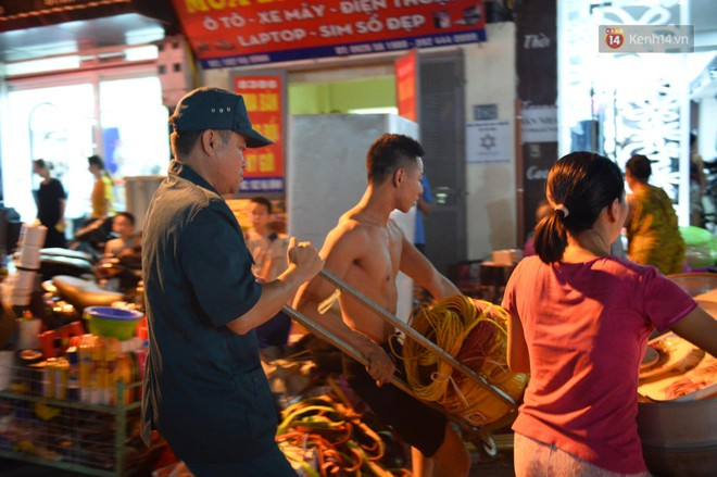 Khoảnh khắc xúc động: Hàng chục người qua đường chung tay giúp đỡ cư dân bị ảnh hưởng bởi đám cháy ở nhà máy phích Rạng Đông - ảnh 7
