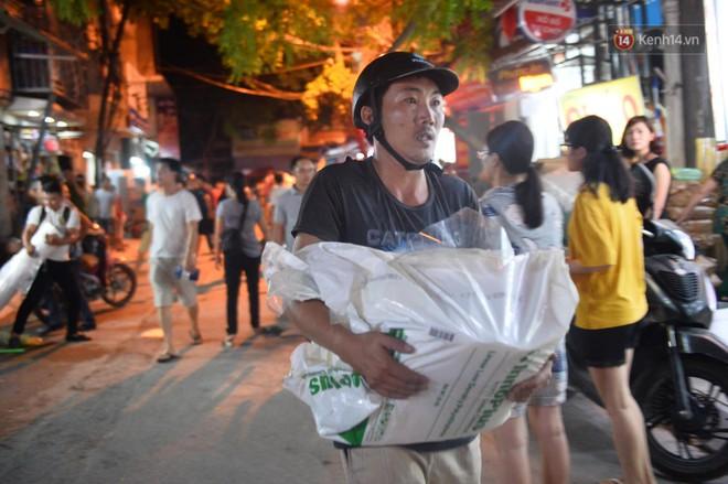 Khoảnh khắc xúc động: Hàng chục người qua đường chung tay giúp đỡ cư dân bị ảnh hưởng bởi đám cháy ở nhà máy phích Rạng Đông - ảnh 6