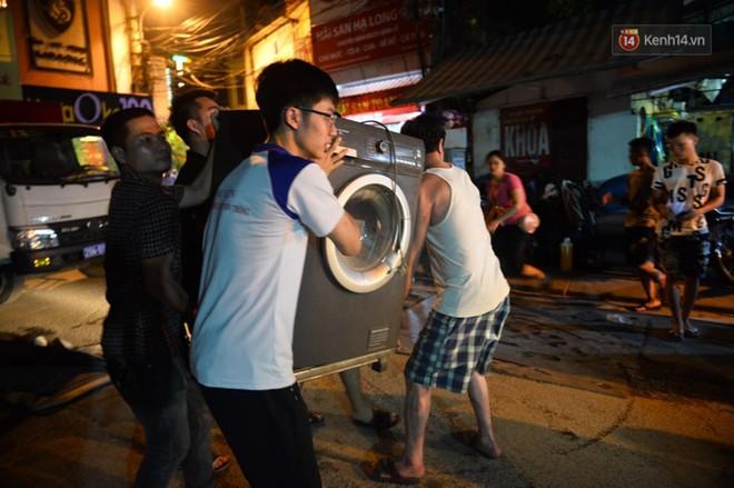 Khoảnh khắc xúc động: Hàng chục người qua đường chung tay giúp đỡ cư dân bị ảnh hưởng bởi đám cháy ở nhà máy phích Rạng Đông - ảnh 3