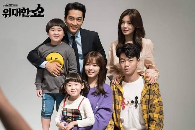 The Great Show: Phim chính trị nhưng không hack não vì được xem Song Seung Hun lắm múi tấu hài mỗi ngày - Ảnh 2.