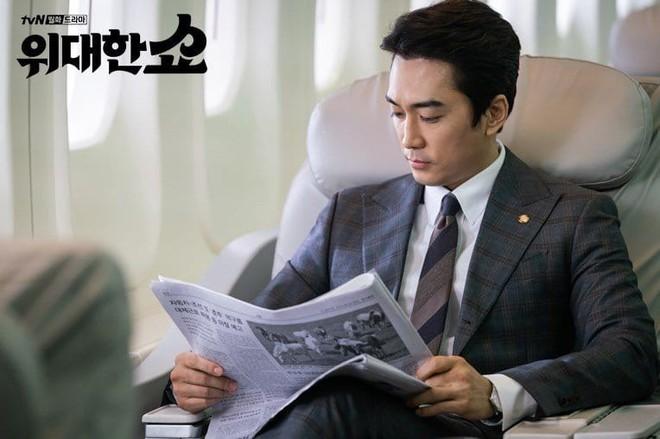 The Great Show: Phim chính trị nhưng không hack não vì được xem Song Seung Hun lắm múi tấu hài mỗi ngày - Ảnh 4.