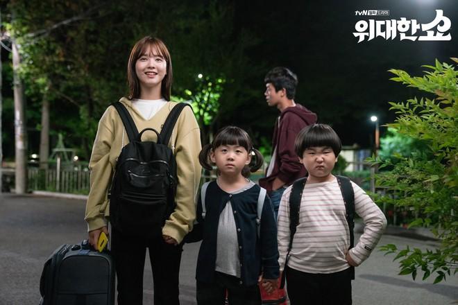 The Great Show: Phim chính trị nhưng không hack não vì được xem Song Seung Hun lắm múi tấu hài mỗi ngày - Ảnh 8.