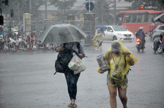 Hà Nội: Mưa lớn trút xuống đúng giờ về quê nghỉ lễ 2/9, người dân mệt mỏi tìm kiếm chỗ trú ở bến xe - ảnh 5