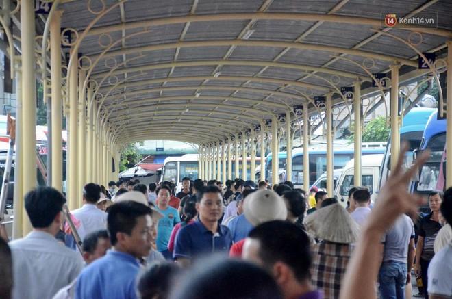 Hà Nội: Mưa lớn trút xuống đúng giờ về quê nghỉ lễ 2/9, người dân mệt mỏi tìm kiếm chỗ trú ở bến xe - ảnh 1