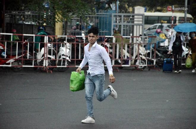 Hà Nội: Mưa lớn trút xuống đúng giờ về quê nghỉ lễ 2/9, người dân mệt mỏi tìm kiếm chỗ trú ở bến xe - ảnh 4