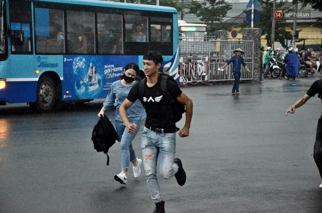 Hà Nội: Mưa lớn trút xuống đúng giờ về quê nghỉ lễ 2/9, người dân mệt mỏi tìm kiếm chỗ trú ở bến xe - ảnh 3