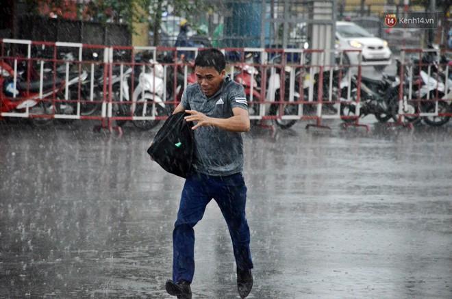 Hà Nội: Mưa lớn trút xuống đúng giờ về quê nghỉ lễ 2/9, người dân mệt mỏi tìm kiếm chỗ trú ở bến xe - ảnh 6