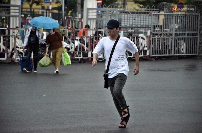 Hà Nội: Mưa lớn trút xuống đúng giờ về quê nghỉ lễ 2/9, người dân mệt mỏi tìm kiếm chỗ trú ở bến xe - ảnh 2