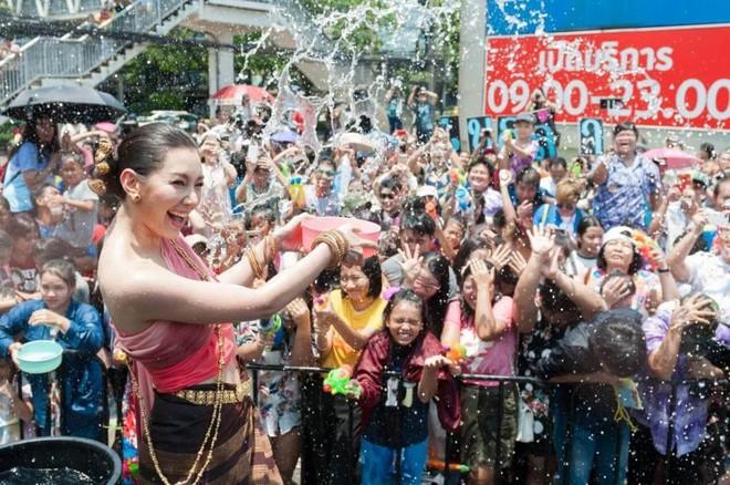 """Du lịch Thái Lan và 20 điều khiến du khách """"té ngửa"""": Chợ giữa đường ray là bình thường, chuối khổng lồ cũng không phải chuyện lạ! - ảnh 2"""