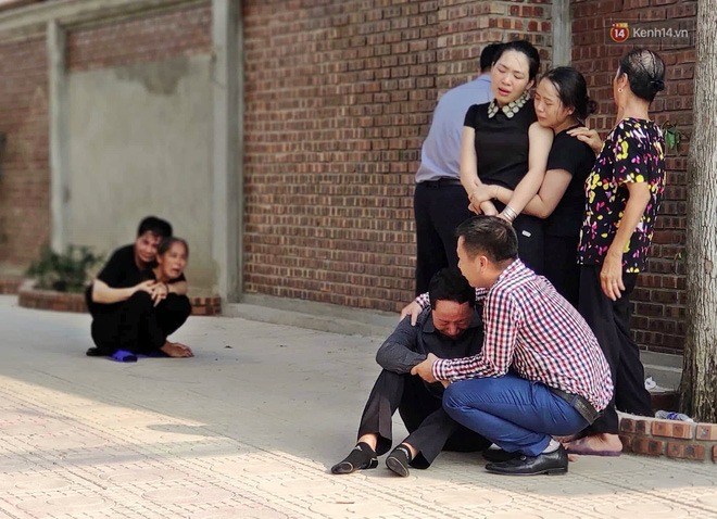 Hình ảnh đau xót: Bố mẹ em bé 6 tuổi gục ngã trước cửa nhà, nhìn thi thể con được đưa về nơi an nghỉ cuối cùng - Ảnh 3.