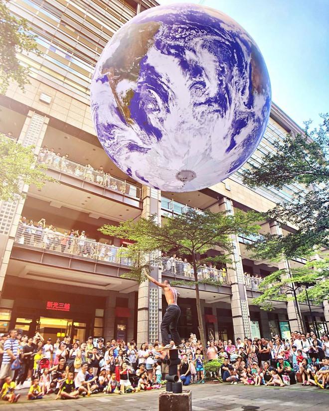 """Góc sửng sốt: Đài Loan """"chơi lớn"""" mang hẳn Trái Đất thu nhỏ xuống trưng bày, giới trẻ đua nhau kéo đến check-in - ảnh 2"""