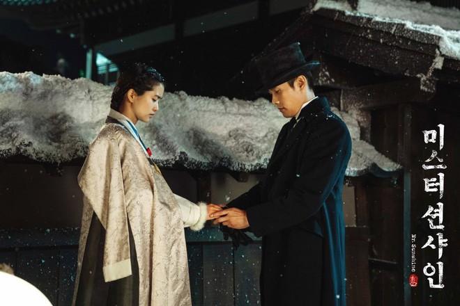 Không chỉ bà chủ IU và anh cận vệ ở Hotel Del Luna, phim Hàn còn tận 4 cặp đôi cướp nước mắt của khán giả - Ảnh 16.