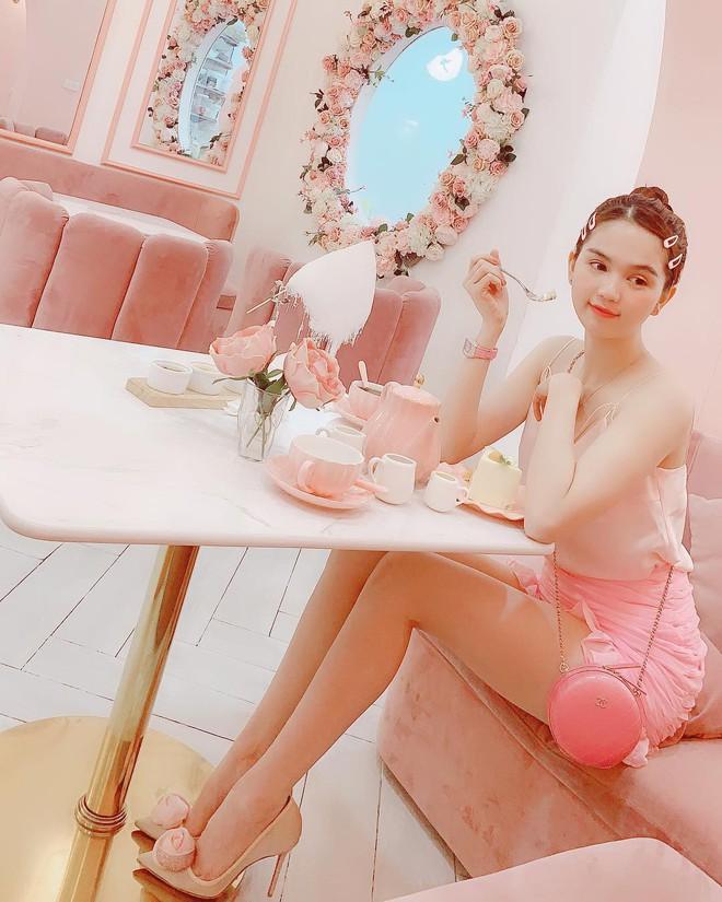 Vô vàn quán xinh màu hồng ở Việt Nam nhưng Ngọc Trinh lại đặc biệt ưa thích tiệm bánh này, còn ghé 2 lần dù cách xa… 1500 km - ảnh 1