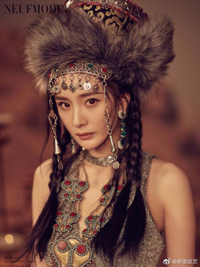 2 nàng Gái một con đọ sắc trên bìa tạp chí: Dương Mịch ma mị bất ngờ, Trương Hinh Dư sắc vóc cực phẩm đến ngỡ ngàng - Ảnh 4.
