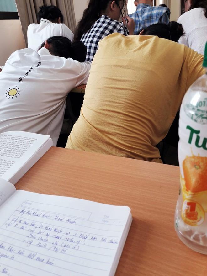 Học Đại học mà vẫn ngồi la liệt ngoài hành lang như lò luyện thi, chỉ có thể là Đại học Luật Hà Nội! - Ảnh 8.