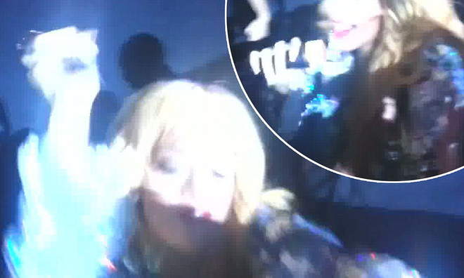 Sao US-UK bị tấn công trên sân khấu: Nếu Beyoncé, Taylor Swift hốt hoảng lo sợ thì Rihanna sẵn sàng đập thẳng vào mặt fan cuồng - Ảnh 15.