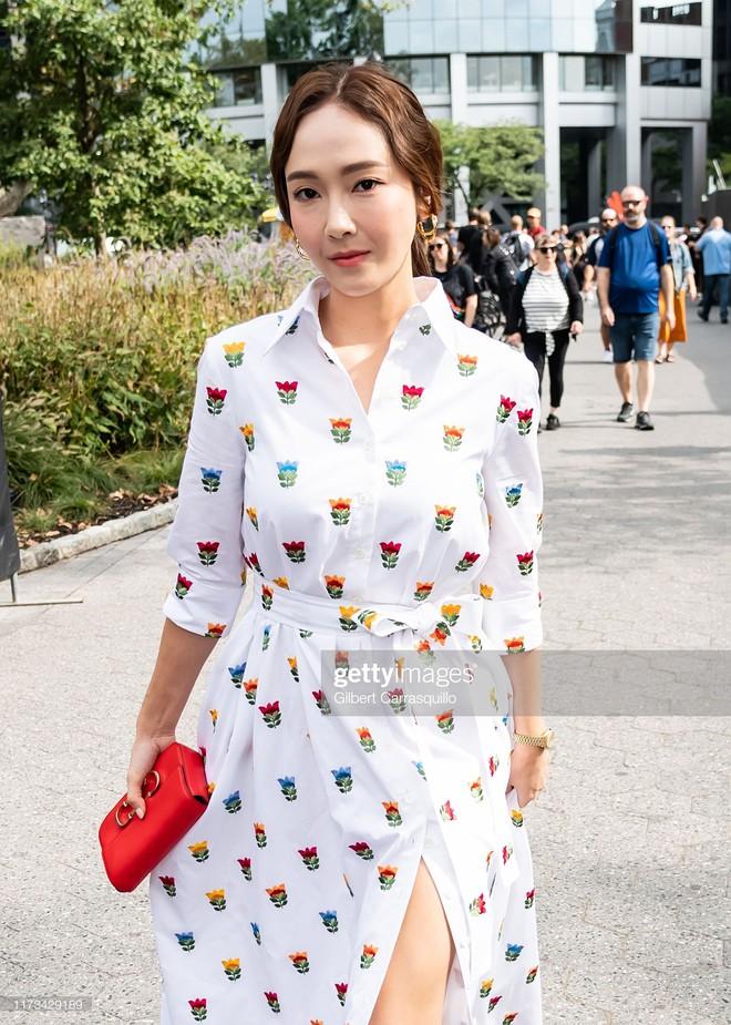 Dự NYFW: Jessica đẹp thanh nhã, chân dài miên man trong ảnh tự đăng nhưng ảnh phóng viên quốc tế chụp lại quá khác - ảnh 9