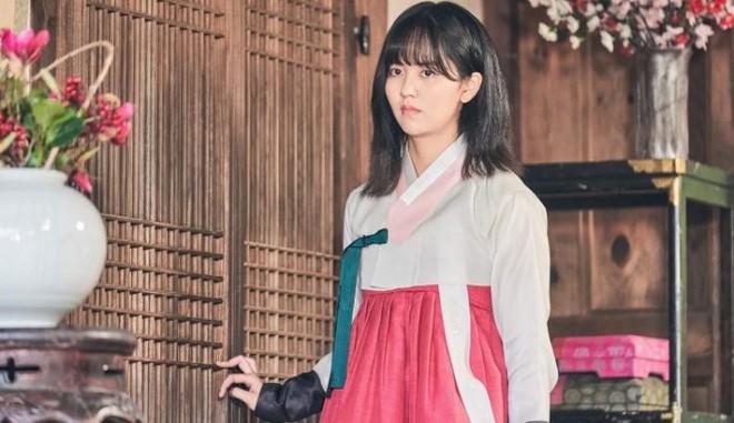 KBS tung teaser Tiểu Sử Chàng Nok Du minh oan cho Kim So Hyun: Hoá ra tạo hình trên hiện đại dưới truyền thống là có lí do cả? - Ảnh 4.