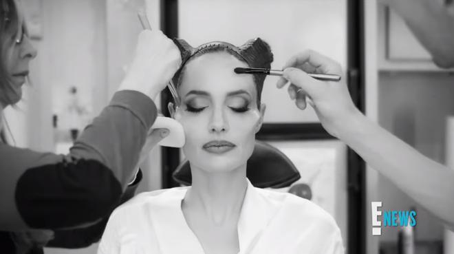 Xem Angelina Jolie biến hình thành Maleficent ai cũng trầm trồ: Nhan sắc bà mẹ 6 con quá đỉnh, chị mọc sừng mà vẫn đẹp? - Ảnh 5.