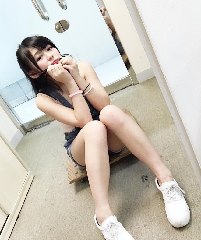 Bị chụp lén lúc thử giày, girl xinh ngực khủng được cư dân mạng truy lùng vì quá nóng bỏng - ảnh 7