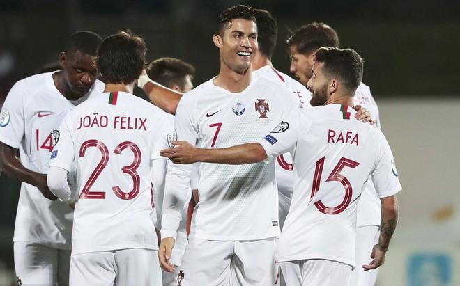 Đáng yêu hết nấc hinh ảnh các thiên thần nhỏ của Ronaldo ăn mừng khi cha ghi bàn, khoảnh khắc hẳn sẽ khiến Messi phải chạnh lòng - ảnh 2