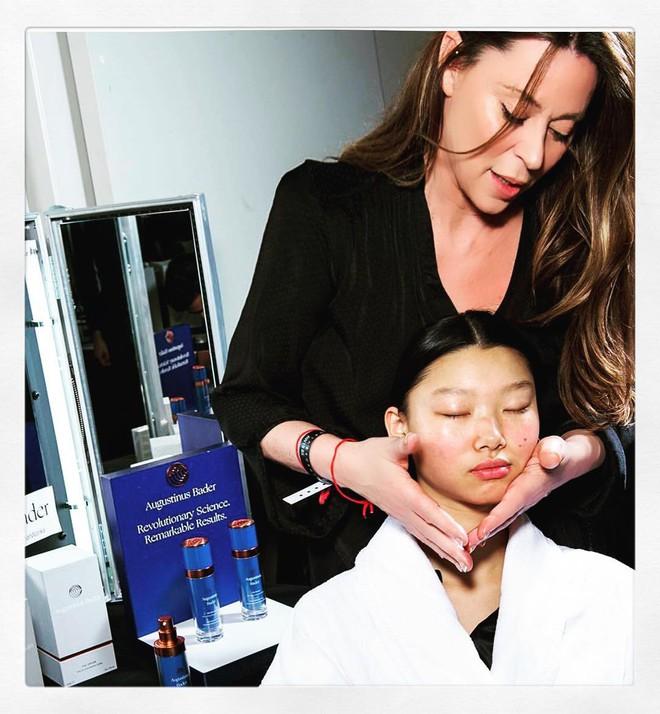 Chuyên gia của Meghan Markle chia sẻ 10 bước massage giúp Công nương có được làn da luôn căng bóng, trẻ trung - ảnh 3