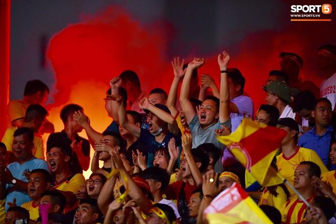 Sau fan nữ trúng pháo, một cảnh sát cơ động nhập viện vì xô xát ở khu vực khán đài CĐV Nam Định - ảnh 12
