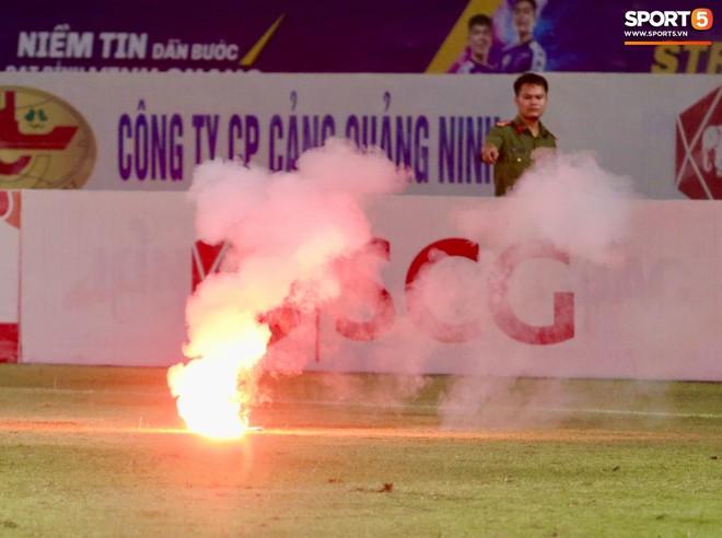 Sau fan nữ trúng pháo, một cảnh sát cơ động nhập viện vì xô xát ở khu vực khán đài CĐV Nam Định - ảnh 11