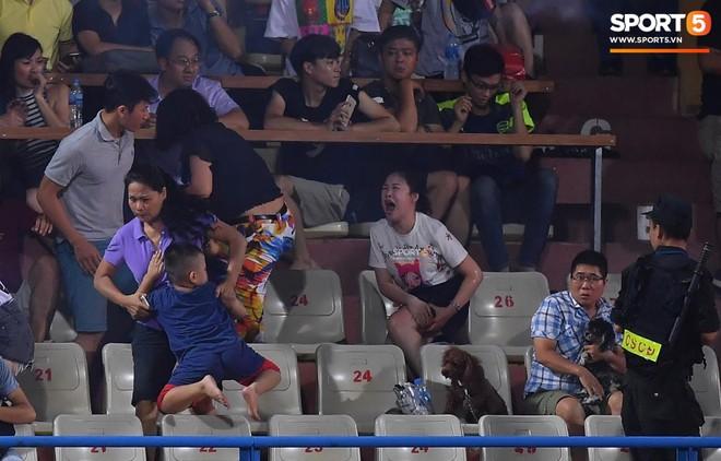 Sốc: CĐV bị pháo bắn trúng, bỏng nặng và mất máu nhiều trong trận đấu giữa Hà Nội và FC - ảnh 1