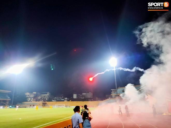 Sau fan nữ trúng pháo, một cảnh sát cơ động nhập viện vì xô xát ở khu vực khán đài CĐV Nam Định - ảnh 8