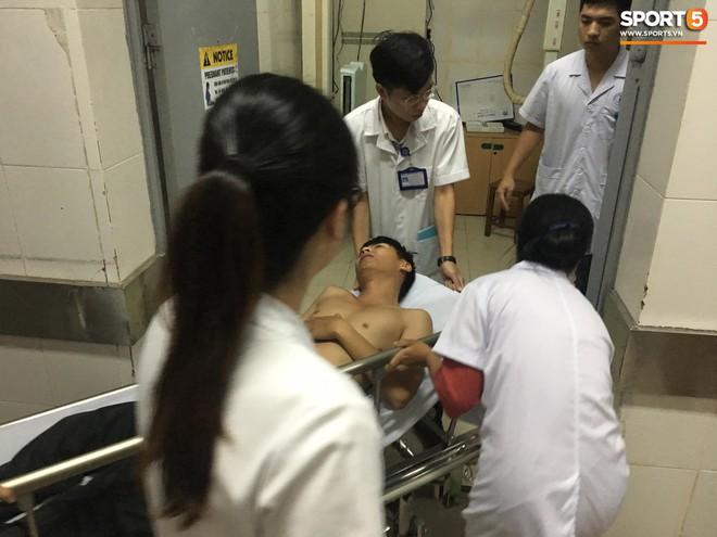 Sau fan nữ trúng pháo, một cảnh sát cơ động nhập viện vì xô xát ở khu vực khán đài CĐV Nam Định - ảnh 5