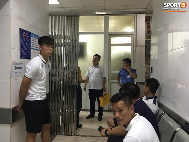 Sau fan nữ trúng pháo, một cảnh sát cơ động nhập viện vì xô xát ở khu vực khán đài CĐV Nam Định - ảnh 4