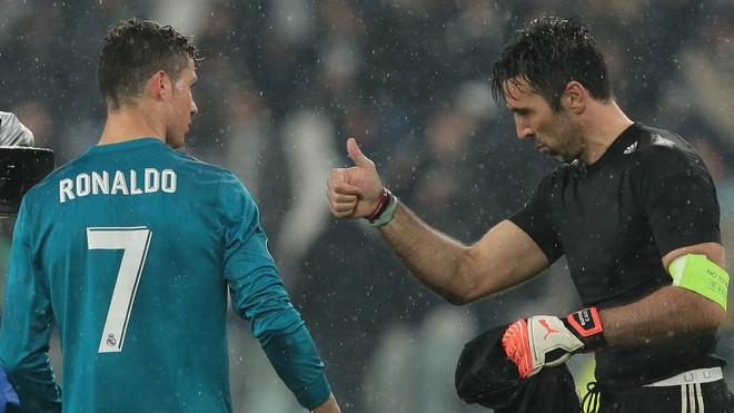 Liều mình lẻn xuống sân vái lạy Ronaldo, chàng CĐV may mắn nhận được màn đãi ngộ khiến fan bóng đá cả thế giới ghen tị - ảnh 1