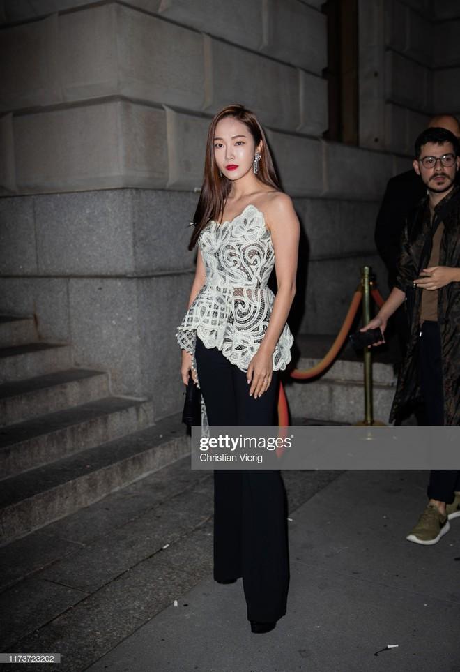 """Dự show Oscar de la Renta, Jessica Jung lại bị báo quốc tế """"dìm"""" dù cất công diện đồ hơn trăm triệu và makeup """"chanh sả"""" - ảnh 2"""
