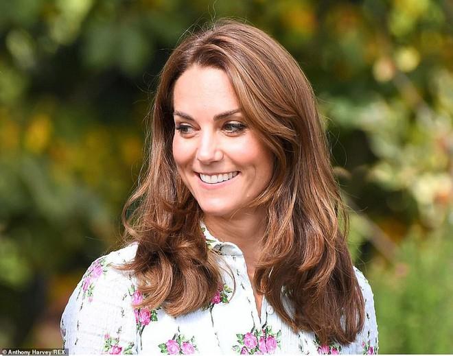 """Công nương Kate đi đôi giày mà Nữ hoàng Anh """"ghét cay ghét đắng"""" nhưng vẫn được dân tình bênh vực vì chăm tiết kiệm - ảnh 1"""