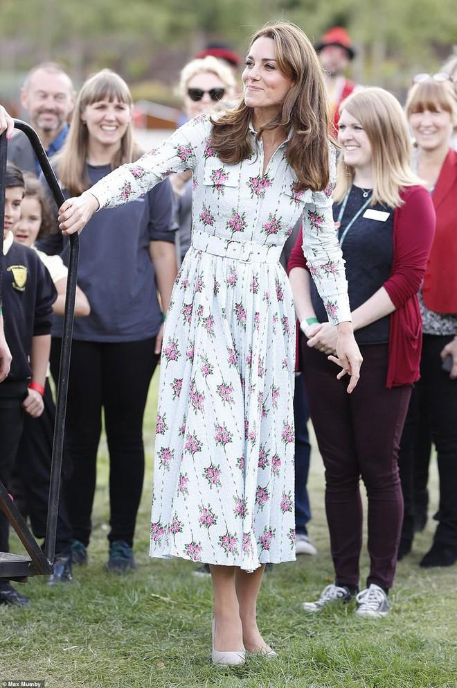 """Công nương Kate đi đôi giày mà Nữ hoàng Anh """"ghét cay ghét đắng"""" nhưng vẫn được dân tình bênh vực vì chăm tiết kiệm - ảnh 2"""
