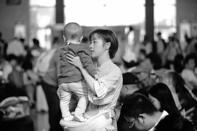 Nhà văn Anh ví việc mang thai như một cái bẫy, phụ nữ đã bước vào sẽ không thể thoát ra và trải nghiệm được mất sau khi làm mẹ - ảnh 2