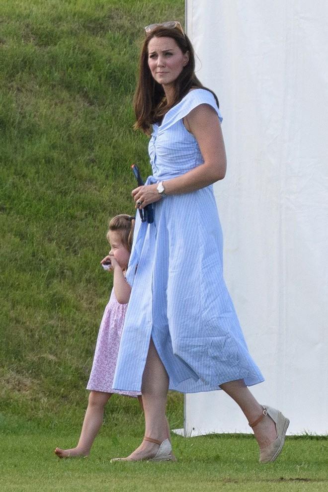 """Công nương Kate đi đôi giày mà Nữ hoàng Anh """"ghét cay ghét đắng"""" nhưng vẫn được dân tình bênh vực vì chăm tiết kiệm - ảnh 8"""