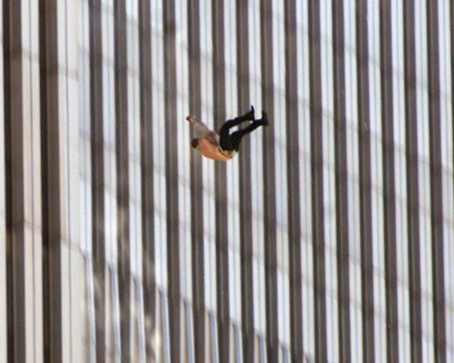 Đã 18 năm kể từ khi vụ khủng bố 11/9 đoạt mạng hàng nghìn người Mỹ, bức ảnh người đàn ông rơi vẫn không ngừng gây ám ảnh - ảnh 4