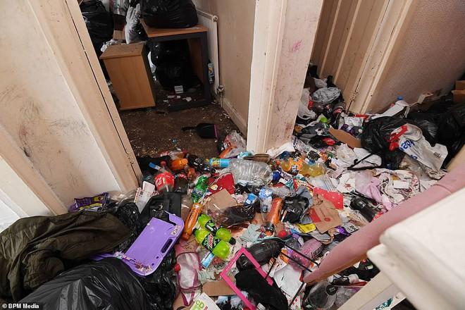 Cho bà mẹ 4 con thuê nhà trong 5 năm, chủ trọ buồn nôn khi nhìn thấy rác chất thành núi trong nhà, còn tốn hàng chục triệu để khắc phục - ảnh 2