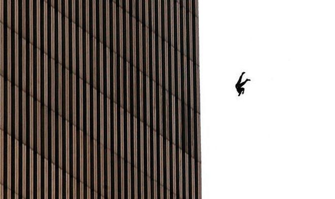 Đã 18 năm kể từ khi vụ khủng bố 11/9 đoạt mạng hàng nghìn người Mỹ, bức ảnh người đàn ông rơi vẫn không ngừng gây ám ảnh - ảnh 5
