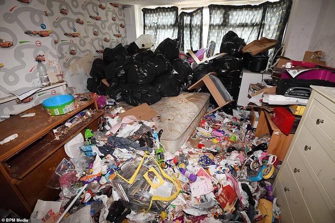 Cho bà mẹ 4 con thuê nhà trong 5 năm, chủ trọ buồn nôn khi nhìn thấy rác chất thành núi trong nhà, còn tốn hàng chục triệu để khắc phục - ảnh 4