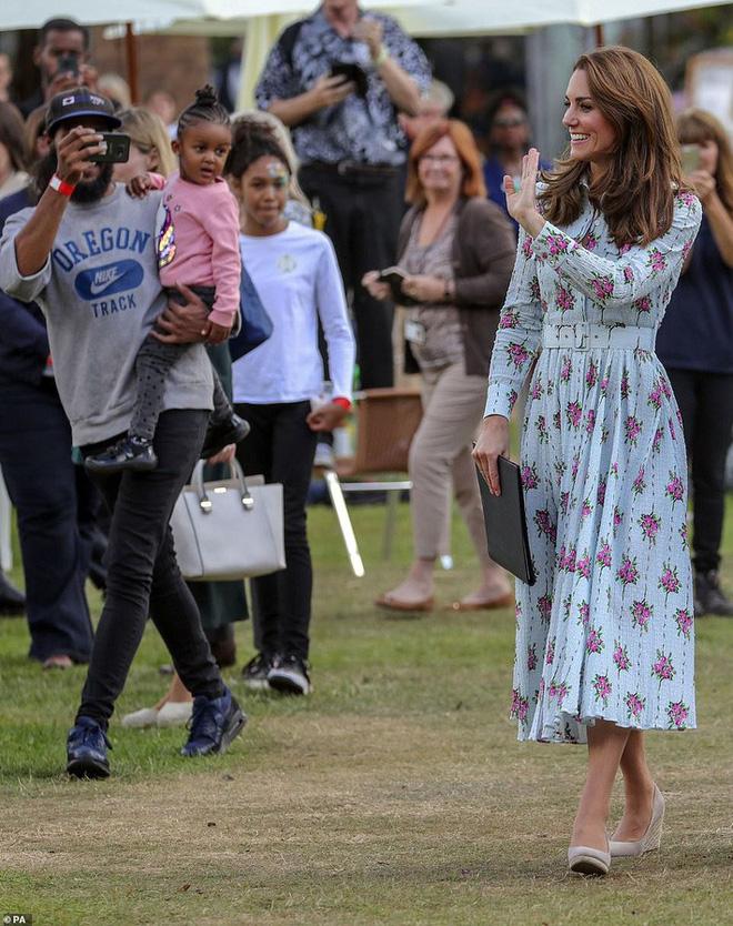 """Công nương Kate đi đôi giày mà Nữ hoàng Anh """"ghét cay ghét đắng"""" nhưng vẫn được dân tình bênh vực vì chăm tiết kiệm - ảnh 5"""
