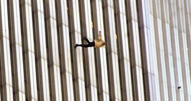 Đã 18 năm kể từ khi vụ khủng bố 11/9 đoạt mạng hàng nghìn người Mỹ, bức ảnh người đàn ông rơi vẫn không ngừng gây ám ảnh - ảnh 6