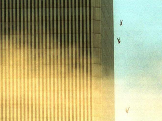 Đã 18 năm kể từ khi vụ khủng bố 11/9 đoạt mạng hàng nghìn người Mỹ, bức ảnh người đàn ông rơi vẫn không ngừng gây ám ảnh - ảnh 3