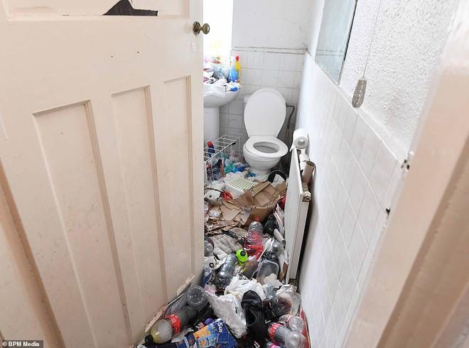 Cho bà mẹ 4 con thuê nhà trong 5 năm, chủ trọ buồn nôn khi nhìn thấy rác chất thành núi trong nhà, còn tốn hàng chục triệu để khắc phục - ảnh 7